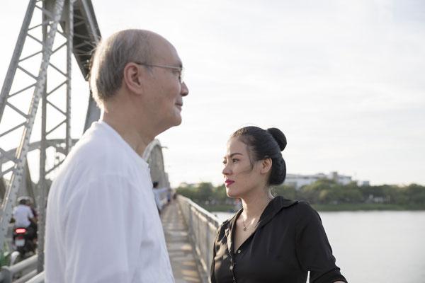 Nhạc sĩ Vũ Thành An tái hiện lại chuyện tình xưa với cô gái Huế. Trong ảnh diễn cùng nhạc sĩ là ca sĩ Ngọc Châm.
