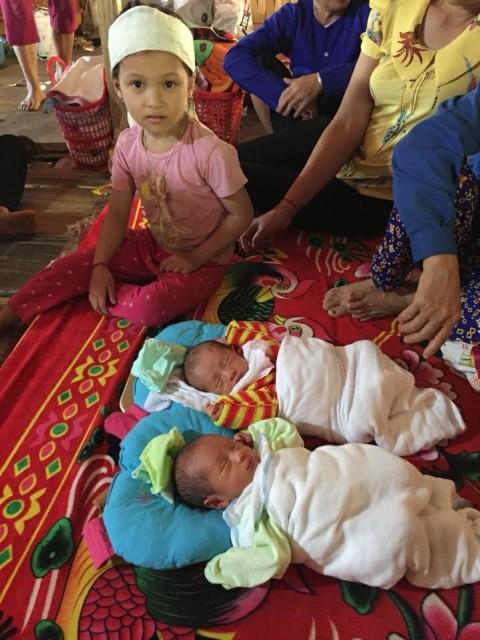 Chỉ những lúc xin được sữa uống và no bụng, 2 đứa trẻ mới ngủ ngon lành.