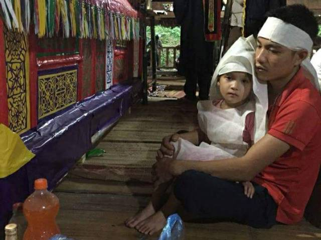 Anh Biết và con gái Ánh Nguyệt trước bàn thờ chị Hoạt.