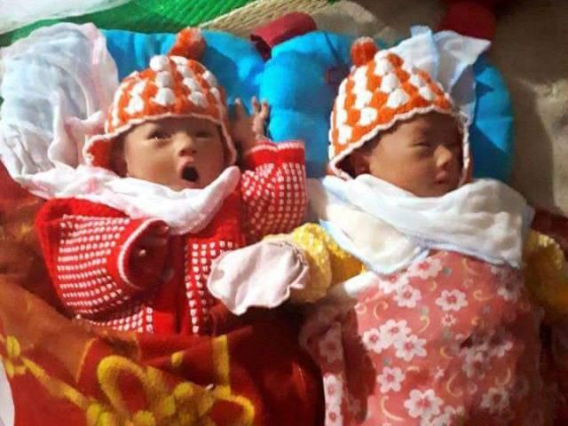 Cặp song sinh chào đời nhưng chưa một lần được gặp mẹ.