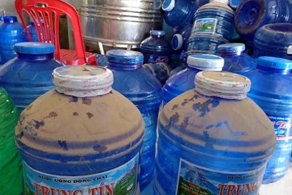 Nước đóng chai tại cơ sở trên.