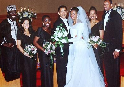 Song, thân thế là khoảng cách lớn của cặp đôi này. Bà Michelle là một người gốc Phi, trong khi đó, mẹ ông Obama là người gốc da trắng, còn cha đã tái hôn. Nhưng vượt qua mọi rào cản, sóng gió cùng sự quyết tâm của ông Obama, hai người đã kết hôn vào ngày 3/10/1992. Ảnh: Michelles Mirror