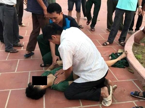 Nạn nhân được sơ cứu tại chỗ, sau đó đưa vào Bệnh viện Đa khoa huyện Ninh Giang cấp cứu. Ảnh: (Bạn đọc cung cấp)