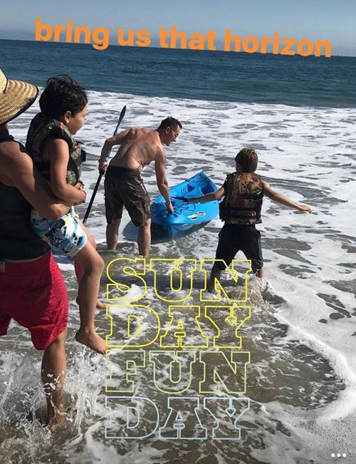 Hai bố con nam tài tử xuất hiện ở bờ biển Malibu