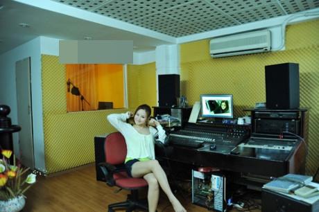 Căn nhà của riêng Vy Oanh còn có cả phòng studio được thiết kế khá tiện nghi, sang trọng.