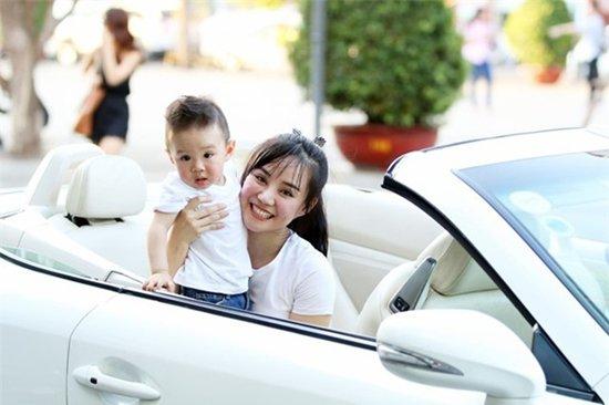 Giữa năm 2016, nữ ca sĩ gây chú ý khi lái xe mui trần trắng muốt chở con trai đầu lòng đi dạo.