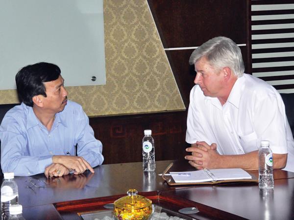 Ông Dương David Trung (bên trái) là người lãnh đạo của Cty VWS. (anh TL)