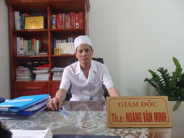 Ông Hoàng Văn Minh, Giám đốc Bệnh viện Đa khoa khu vực Ngọc Lặc trao đổi với PV