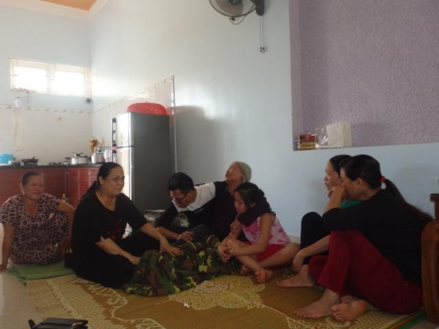 Rất đông hàng xóm, người thân đến động viên gia đình bà Xuân.