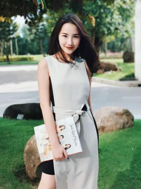 """Đôi lúc, người đẹp phá cách đôi chút như mẫu váy hai tà lấy ý tưởng từ áo dài này. Nhưng phải khẳng định, dù chưng diện theo phong cách nào, """"bạn gái tin đồn"""" của Phan Thành vẫn tỏa sáng một cách rất tinh tế."""
