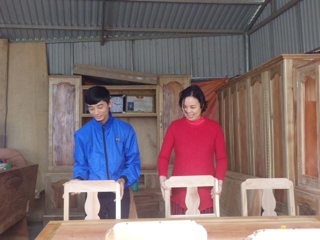 Người vợ hơn chồng 13 tuổi quyết định ở quê chồng mở rộng xưởng sản xuất gỗ