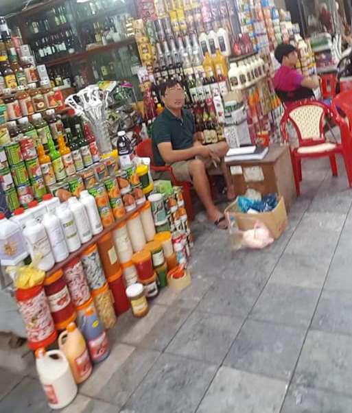 Phố Hàng Buồm bày bán nhiều loại phụ gia dùng để pha chế đồ uống với giá rẻ, không rõ nguồn gốc xuất xứ.
