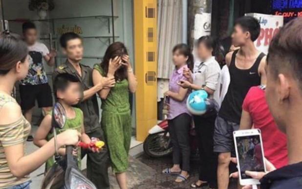Nữ nhân viên bán bảo hiểm bị dẫn giải về trụ sở.