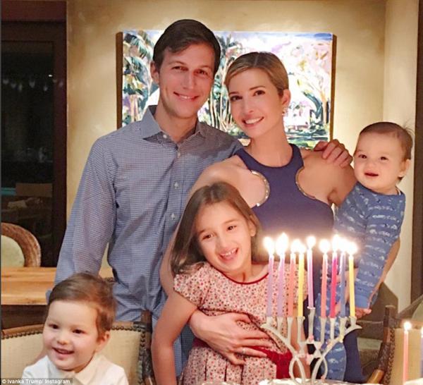 Ivanka và chồng, Jared Kushner, được cho là sắp chuyển tới nhà mới ở Washington D.C. khi tổng thống đắc cử Donald Trump sẽ chính thức nhậm chức và chuyển vào Nhà Trắng vài tuần tới. Trong ảnh, vợ chồng Ivanka chụp cùng ba con Arabella, Joseph và Theodore.
