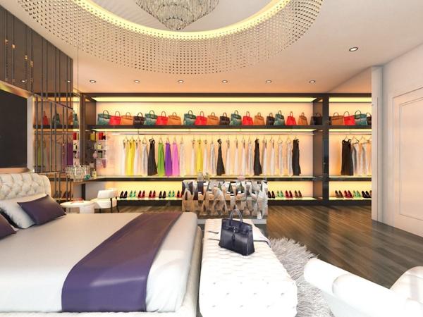 Ngoài chuyện sống trong căn penhouse nằm trên tầng 33 của một chung cư cao cấp với nội thất đắt tiền thì Ngọc Trinh còn là chủ sở hữu của tủ đồ hàng hiệu đáng ghen tị. Tủ đồ khủng với hàng trăm bộ váy áo, giày dép, túi xách, phụ kiện trang sức của các thương hiệu đẳng cấp thế giới.