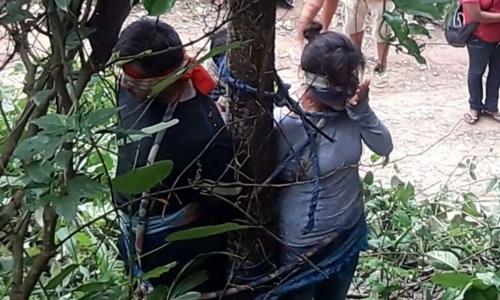 Một phụ nữ 52 tuổi người Bolivia bị trói vào cây cho kiến độc cắn. Ảnh: Twitter