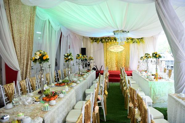 Không gian nhà của Hoa hậu Thu Ngân được trang trí lộng lẫy với cổng hoa, bàn tiệc sang trọng theo tone màu vàng - trắng.