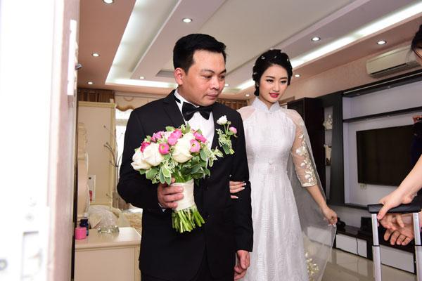 Ngay sau lễ ăn hỏi, Thu Ngân thay áo dài trắng để làm lễ rước dâu theo nghi thức truyền thống.