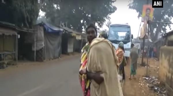 Gati Dhibar bọc thi thể con trong mảnh vải rồi vác lên vai, đi bộ về nhà. Ảnh: ANI