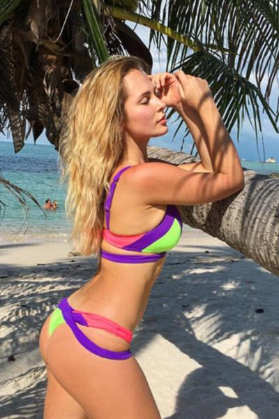 Tiếp viên hàng không là công việc đáng mơ ước của rất nhiều thanh niên trẻ hiện nay bởi nó không những đem lại thu nhập tốt mà còn mang đến những cơ hội du lịch thú vị. Trong ảnh là tiếp viên Victoria Tzuranova của hàng không Nga Aeroflot. Cô khoe thân hình nóng bỏng, hút mắt với bikini khi đi tắm biển ở các nước như Israel, Thái Lan và Bali.
