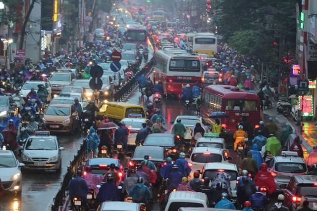 Đường Tây Sơn, đoạn gần cầu vượt Thái Hà ùn tắc nghiêm trọng cả 2 chiều.