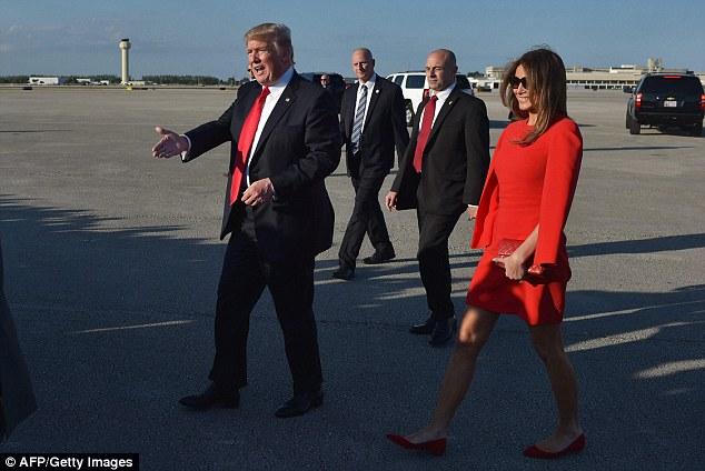 Bà Melania đón chồng tại sân bay.