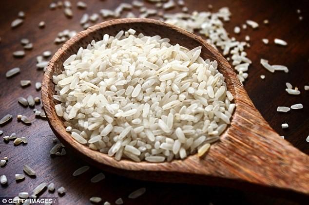 Thuốc sâu và ô nhiễm môi trường là nguyên nhân khiến gạo chứa khá nhiều chất độc hóa học, đặc biệt là asen. Ảnh: Getty Images.  Giáo sư Andy Meharg, chuyên gia hàng đầu về ô nhiễm gạo thuộc Đại học Queens Belfast, tiến hành kiểm tra nồng độ hóa học sau khi nấu cơm theo nhiều cách khác nhau. Ông nhận thấy việc ngâm gạo qua đêm giúp loại bỏ hết các độc tố hóa học.  Cơ quan Tiêu chuẩn thực phẩm châu Âu cảnh báo gạo có nồng độ asen vô cơ cao hơn 10 lần so với các loại thực phẩm khác. Vì vậy, những người tiêu thụ quá nhiều cơm có khả năng phơi nhiễm asen rất cao.  Người tiếp xúc với asen vô cơ trong thời gian dài gây ảnh hưởng nghiêm trọng đến sức khỏe như bệnh tim, tiểu đường và tổn thương hệ thần kinh. Đáng lo ngại nhất là nguy cơ mắc bệnh ung thư phổi và bàng quang.  Giáo sư Meharg từng chỉ ra rằng nấu cơm bằng vật dụng tương tự như chõ đồ xôi sẽ loại bỏ được asen có trong gạo, nó cho phép nước hấp hơi qua gạo. Nhờ đó, quá trình này có thể loại bỏ 57% asen vô cơ với tỷ lệ 12 phần nước/1 phần gạo. Thậm chí, một số trường hợp có thể giảm 85% hàm lượng asen vô cơ.  Theo Zing
