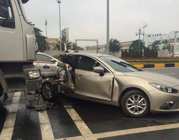 Hiện trường vụ xảy ra va chạm giữa chiếc xe ô tô Mazda và chiếc xe đầu kéo (ảnh otofun).