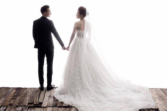 Cách đây không lâu, trên mạng xã hội bất ngờ rò rỉ những hình ảnh đầu tiên trong bộ ảnh cưới của MC Thành Trung và bạn gái 9x – Ngọc Hương. Theo nhiều nguồn tin, đám cưới của cặp đôi sẽ diễn ra vào tháng 3 này là 'quả ngọt' của chuyện tình kéo dài hơn 3 năm đầy sóng gió.