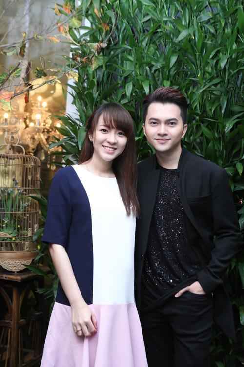 Nam Cường và bà xã Phương Thảo trong buổi tiệc sinh nhật lần thứ 31 của nam ca sĩ.