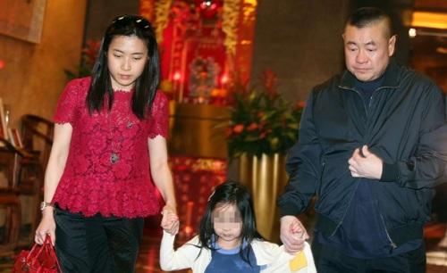 Ông Lưu và người vợ thứ hai, bà Trần Khải Vận, dắt tay con gái Lưu Tú Hoa. Ảnh:SCMP