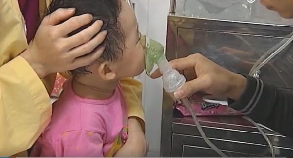 Trẻ mắc ho hà tại Bệnh viện Nhi Trung ương. Ảnh: Dương Hải.