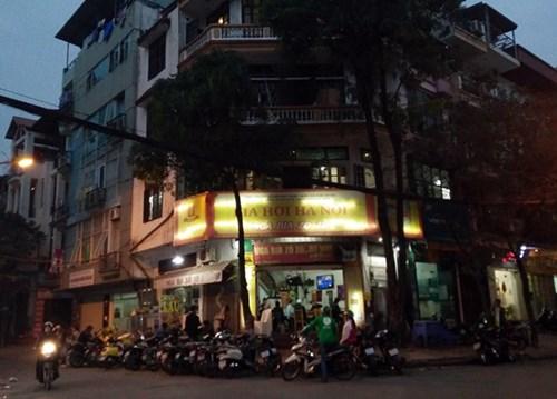 Xe máy xếp vòng quanh dưới lòng đường ngay trước cửa ra vào một quán bia trên phố Trần Quang Diệu (Đống Đa, Hà Nội). Ảnh: Bảo Ngân