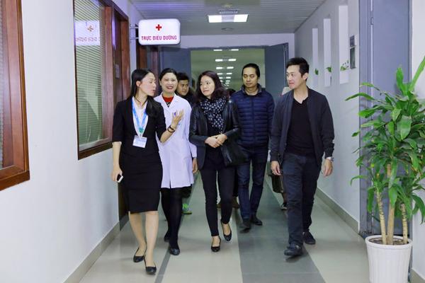 Sáng nay (10/3), MC Anh Tuấn cùng chị Mai Hoa - vợ cố nhạc sĩ Trần Lập và thành viên Trần Hùng của nhóm Bức Tường đã đến Viện huyết học truyền máu Trung ương và bệnh viện K Tân Triều để trao tiền từ thiện.
