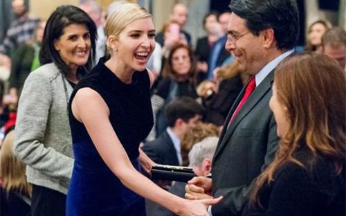 Ivanka bắt tay các khách mời tại sự kiện tối 15/3 ở New York, Mỹ. Ảnh: AP