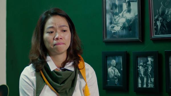 Hình ảnh chị Mai Hoa trong phim rưng rưng nước mắt khi nói về cuộc sống không có chồng bên cạnh.