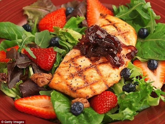 Bạn nên ăn các loại thực phẩm như cá hồi, cá thu, bơ… để cung cấp axit béo thiết yếu cho da. Ảnh: Getty.
