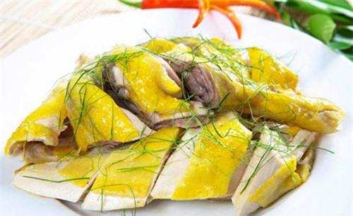 Theo Đông y, thịt gà có tính ôn, không độc, rất bổ dưỡng và lành mạnh cho phổi.