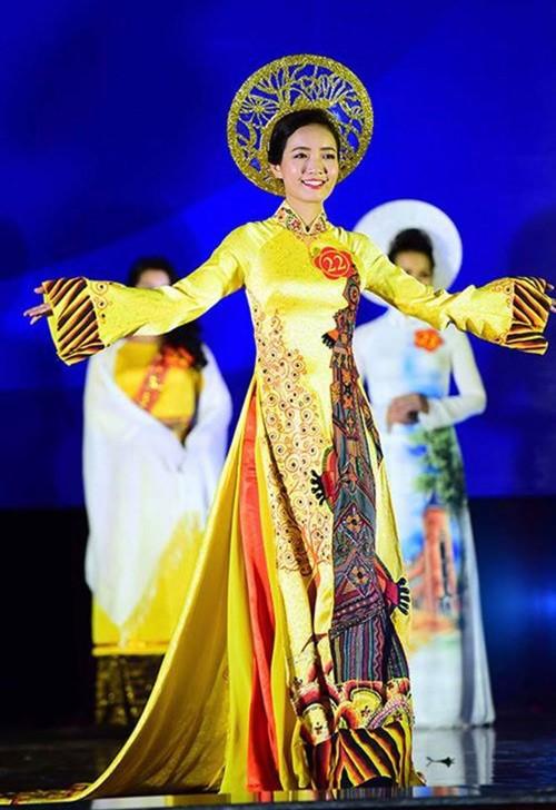Cô Phan Hồng Anh, 26 tuổi, tỏa sáng trong đêm thi tài sắc dành cho các nữ giáo viên toàn quốc tối 25/3, được tổ chức tại Hà Nội. Đây là lần đầu tiên hội thi được tổ chức, thu hút 49 giáo viên tham gia.