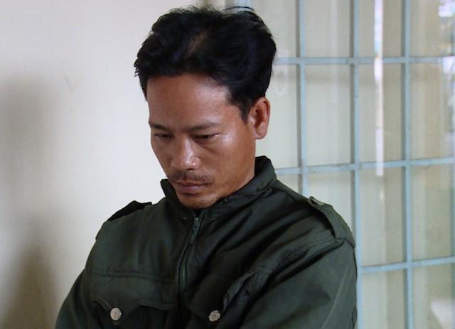 Nghi phạm Trung xuất viện chiều 31/3, được cán bộ đưa về trụ sở Công an huyện Bình Tân để tống đạt các quyết định. Ảnh: E.X.