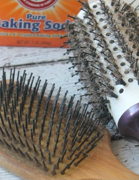 Nhà ai cũng có cây lược bẩn kinh khủng thế này mà chẳng ai nhớ làm vệ sinh chúng (Ảnh:passionforsavings)