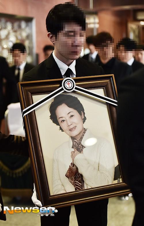 Lễ tang vắng vẻ của nữ diễn viên 'Thành thật với tình yêu'