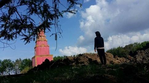 Nhà không có đất, tro cốt của bé được gửi ở đất chùa. Ảnh: Yến Trinh