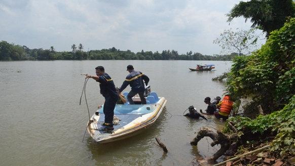 Lực lượng cứu hộ cứu nạn lặn tìm kiếm 2 nữ sinh mất tích - Ảnh: D.C