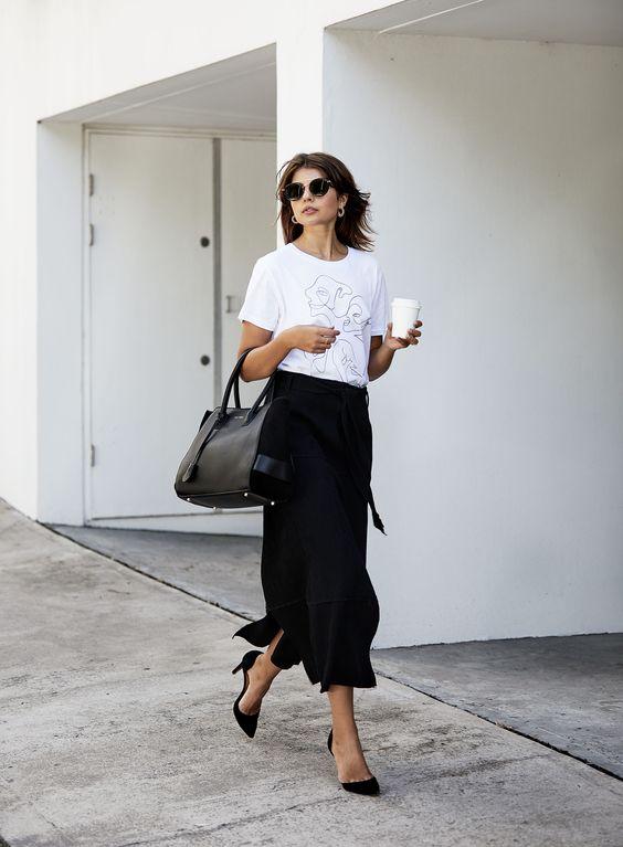 Áo phông trắng in họa tiết với chân váy midi xẻ cá tính