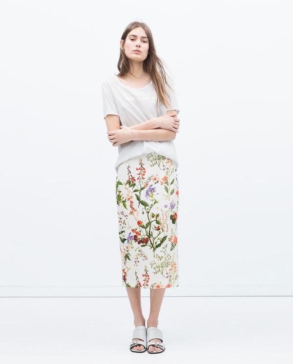 Nổi bật với áo phông và chân váy họa tiết hoa cỏ