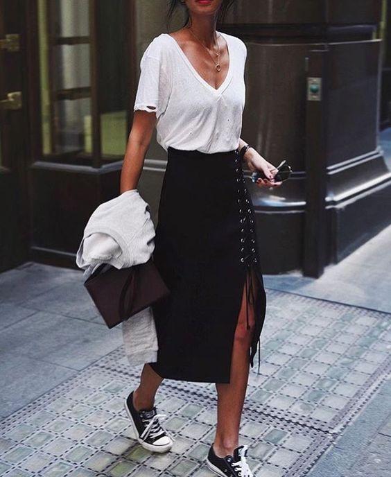 Thật cá tính khi áo phông được mix cùng váy xẻ rút dây và giày sneaker