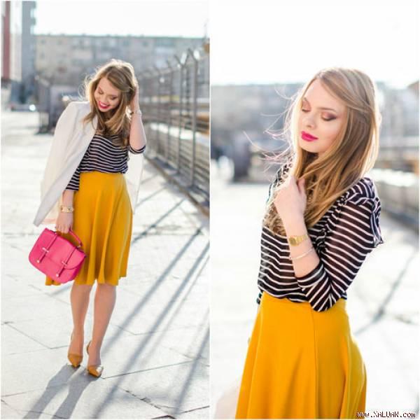 Chọn áo thun kẻ mix cùng chân váy màu neon rực rỡ