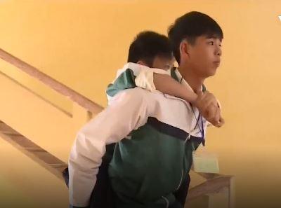 Minh Quang cõng bạn đến trường học trong suốt 8 năm qua. Ảnh cắt từ clip.