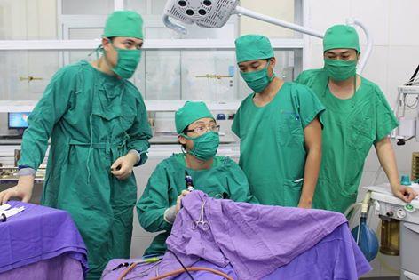 Các bác sĩ đang tiến hành ca phẫu thuật dị tật bẩm sinh u nang hố lưỡi cho bệnh nhi V.